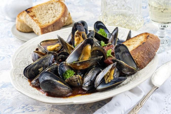 Die Moules Gratines kann man einfach euf einem Teller anrichten, eine Scheibe Brot dazu und schon kann das Genießen beginnen. (#3)